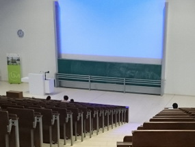 Forschungslandschaft Universität für Wissenschaftler. Foto: ein Hörsaal in der Universität. Junge Wissenschaftler warten auf die nächste Physik Vorlesung.