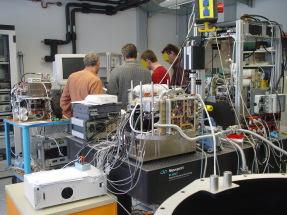 Foto zeigt ein Labor mit Ingenieuren für ein Raumfahrt-Projekt. Wissenschaftliche Raumfahrt als ein möglicher Zielarbeitgeber für Ihre Jobsuche.
