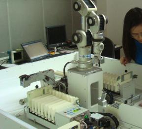 Foto zeigt ein Roboterarm-Experiment in einem biologischen Labor.