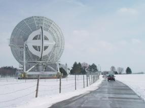 Foto zeigt eine Zwölf-Meter-Antenne in Bayern zur ISS und Satelliten-Verbindung.