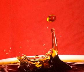 Foto zeigt in Hochgeschwindigkeit einen Flüssigkeitstropfen - Flüssigkeits-Physik.