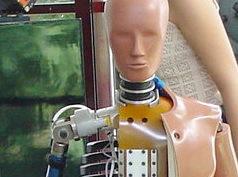 Foto zeigt als Symbol für KI einen geöffneten Dummy mit menschlichem Antlitz.