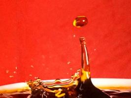 Flüssigkeitstropfen springt  nach oben. Physik der Flüssigkeiten.