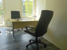 Leeres Büro mit zwei Sesseln, genüber am Tisch. Ich biete Individiual-Coaching.